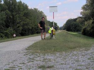Самотен велосипедист в резервата